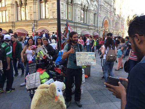 Аргентинец ехал на велосипеде пять лет. и приехал в россию как раз к старту чм
