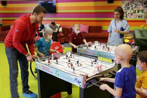 Хоккеисты побывали в центре детской онкологии