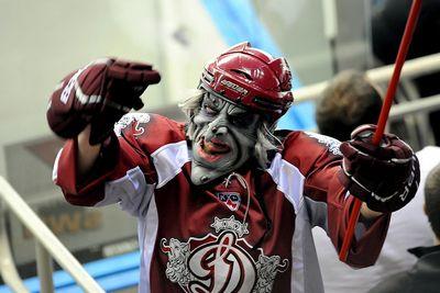 Хоккейный клуб из риги запретил посещать матчи болельщику в маске ведьмака