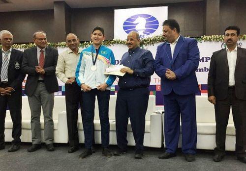 Казахстанец завоевал серебряную медаль на всемирной олимпиаде в индии