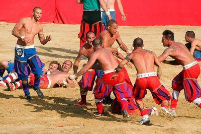 Кровопролитный флорентийский футбол