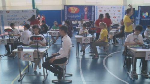 Международный турнир по скоростной сборке кубика рубика проходит в семее