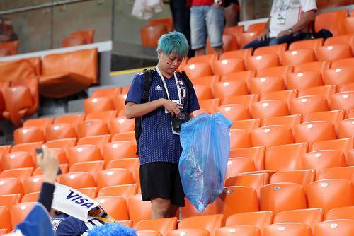 Почему японцы убирают за собой мусор на стадионе?