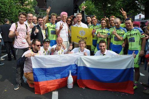 Розовое настроение. тиньков и его команда празднуют победу на «джиро»