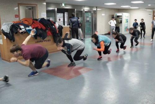 В одном из ледовых дворцов сеула тренируются казахстанские спортсменки
