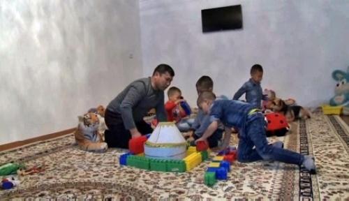 В жамбылской области семья полицейского усыновила сразу пятерых детей
